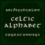 Fonte celta do alfabeto Letras e quadro afligidos do nó Imagens de Stock