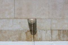 Fonte com água de fluxo Foto de Stock