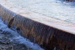 Fonte com água de queda Imagens de Stock