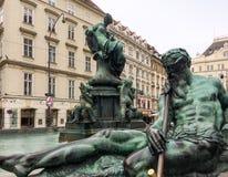 Fonte com estátuas de bronze em uma rua foto de stock royalty free