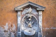 Fonte com o dragão perto de St Peters Square em Roma Itália foto de stock