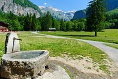 Fonte d'acqua alla traccia di montagna fotografia stock libera da diritti
