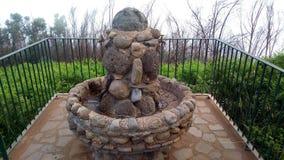 Fonte d'acqua fatta delle pietre nelle montagne dell'isola del Madera, Portogallo Fotografia Stock