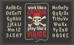 fonte d'annata bianca, l'alfabeto latino con la retro stampa del pirata con il cranio e tibie incrociate royalty illustrazione gratis
