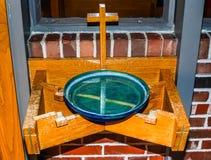Fonte da água santamente na igreja fotografia de stock