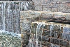 Fonte da cachoeira sobre os tijolos, horizontais Fotografia de Stock