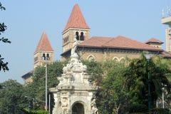 Fonte da flora na frente da construção colonial, Índia fotos de stock