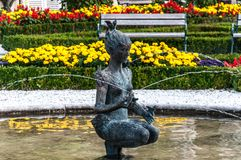 Fonte da mulher em jardins de Mirabell Fotografia de Stock Royalty Free