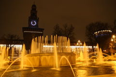 Fonte da noite de Milão Fotos de Stock