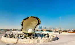 Fonte da ostra e da pérola no passeio do beira-mar de Corniche em Doha, Catar Foto de Stock