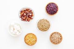 Fonte da proteína do vegetariano Leguminosa, porcas, queijo Feijões crus, grãos-de-bico, lentilha, amêndoa, avelã na opinião supe foto de stock