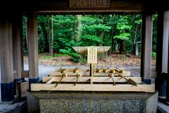 Fonte da purificação no santuário do jingu de Meiji no Tóquio Japão Ásia imagem de stock royalty free