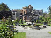 A fonte das torres do castelo do tankerton de Whitstable jardina as casas georgian da mansão esplêndido da casa fotografia de stock
