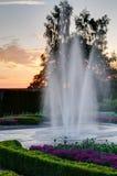 Fonte de água com por do sol em um parque Foto de Stock Royalty Free