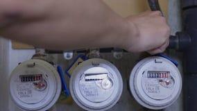 Fonte de água de fechamento do encanador na casa devido à manutenção de planeamento do equipamento video estoque