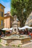 Fonte de água histórica em um quadrado em Aix-en-Provence, França Imagem de Stock
