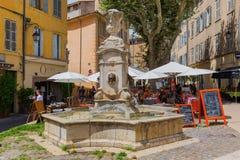Fonte de água histórica em um quadrado em Aix-en-Provence, França Foto de Stock Royalty Free