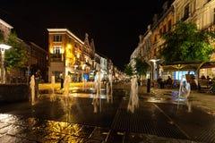 Fonte de água na noite na cidade velha fotos de stock royalty free