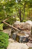 Fonte de água no jardim japonês Fotografia de Stock