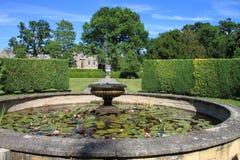 Fonte de água no parque esplêndido, Inglaterra fotos de stock