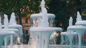 Fonte de água no parque na terraplenagem de Baku, Azerbaijão Movimento lento vídeos de arquivo
