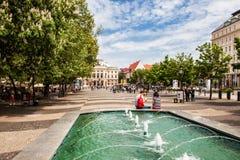 Fonte de água no quadrado de Hviezdoslav em Bratislava, Eslováquia foto de stock royalty free