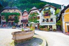 Fonte de água potável pública com as casas coloridas típicas em H Imagem de Stock Royalty Free