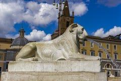 Fonte de água de Roma, Itália Praça del Popolo Leão em um soco pisado Fotos de Stock