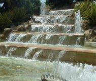 Fonte de água sobre as etapas de pedra Foto de Stock