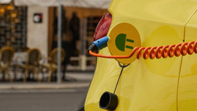 Fonte de alimentação para o carregamento do carro bonde Estação cobrando de carro elétrico na celebração florida Estados Unidos E foto de stock royalty free
