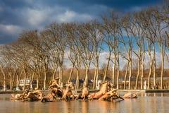 Fonte de Apollo no jardim do palácio de Versalhes em um dia de inverno de congelação imediatamente antes da mola imagens de stock royalty free