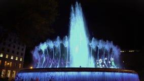 A fonte de dança iluminada, a água bonita e a música mostram, atração turística vídeos de arquivo