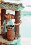Fonte de derramamento do shui do feng da água bonita do vintage com elementos decorativos da corda do jarro no estilo asiático To imagens de stock