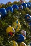 a fonte de easter com ovos e a galinha objetam a decoração imagem de stock royalty free