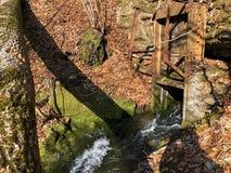 Fonte de fluxo Tschuder com cachoeira e mola do c?rsico ou Karstquelle Tschuder da fonte de ?gua, Schwende fotos de stock royalty free