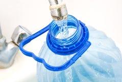 Fonte de água - água engarrafada Imagens de Stock Royalty Free