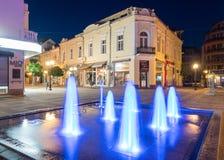 Fonte de incandescência no centro da noite velha de Pomorie em Bulgária Imagens de Stock Royalty Free