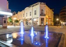 Fonte de incandescência no quadrado no centro da noite de Pomorie, Bulgária Fotografia de Stock Royalty Free