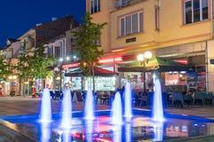 Fonte de incandescência no quadrado no centro da noite de Pomorie do búlgaro Imagens de Stock