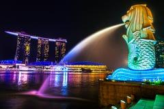 A fonte de Merlion e a Marina Bay Sands, Singapura. Imagem de Stock