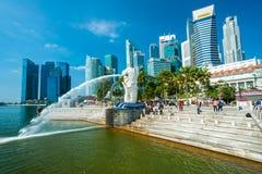 A fonte de Merlion e a Marina Bay Sands, Singapura. Imagem de Stock Royalty Free