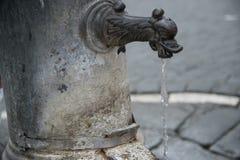 Fonte de Nasone da água potável livre em Roma fotos de stock royalty free