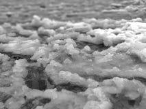 Fonte de neige, neige fondue de neige sur la route, dégel, chauffant, hiver de fin, arrivée de ressort, tons noirs et blancs photo libre de droits