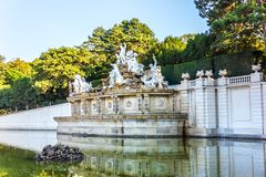A fonte de Netuno no parque do palácio de Schonbrunn, Viena foto de stock
