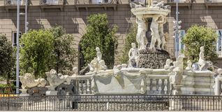 A fonte de Netuno, praça Plebiscito de Nápoles fotos de stock royalty free
