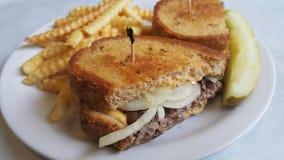 Fonte de Patty avec des pommes frites et un pickle à l'aneth photo libre de droits