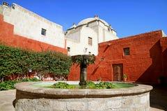 Fonte de pedra do vintage no pátio de Santa Catalina Monastery, lugar histórico em Arequipa, Peru fotos de stock royalty free