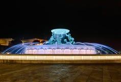 Fonte de Triton em Valletta, Malta com iluminação colorida na noite foto de stock royalty free