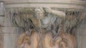Fonte decorativa com escultura em Paris, França filme