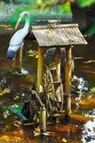 Fonte decorativa do bambu na água, lagoa Fotos de Stock